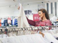 Comprar ropa en las rebajas: los consejos para evitar la compra compulsiva y ahorrar