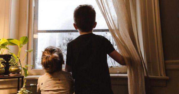 niños ventana
